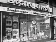 us heutiger Sicht wirken die ersten Läden von Beate Uhse recht bieder, doch damals waren sie eine Revolution. (Bilder: Alamy, Patrick Piel/Getty)