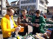 Conrad Wagner (Mitte) berät Interessenten beim Kauf von antiquarischen Büchern und Tonträgern. (Bild Kurt Liembd)