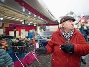 Die Marktfahrer machen das Beste aus dem unwirtlichen Wetter am Stanser Frühlingsmarkt: Martin Breitenmoser (links), Anna Busslinger und Robert Bieri, der ausserplanmässig Marroni verkauft. (Bilder: Corinne Glanzmann (Stans, 19. April 2017))