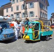 Ein bisschen verrückt ist völlig normal: Diese Devise gilt auch für die Piaggio-Besitzer Stefan und Chatkamol Heer aus Stansstad und Hans Frunz aus Kerns (von links). (Bild Romano Cuonz)