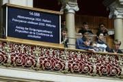 Schüler verfolgen die Debatte der Eidgenössischen Räte auf der Tribüne. (Bild: Peter Klaunzer / Keystone (Bern, 16. März 2017))