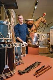 Adrian Steger (49) zeigt eines seiner Ausstellungsstücke: Trommeln und Pfeifen haben die Entwicklung der Blasmusik massgeblich beeinflusst. (Bild: Philipp Schmidli (Willisau, 19. September 2017))