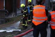 Mit Löschwasser kühlte die Feuerwehr die Asche. (Bild: Geri Holdener, Bote der Urschweiz)