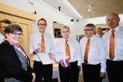 Therese Rotzer, Co-Präsidentin der Alzheimervereinigung, freut sich mit Markus Gander und Balz Flury (von links) über den Fokuspreis.