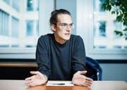 Oft ein Balanceakt: Andreas Ackermann beim Interview an seinem Arbeitsplatz im Amt für Migration. (Bild: Stefan Kaiser (Zug, 8. November 2017))