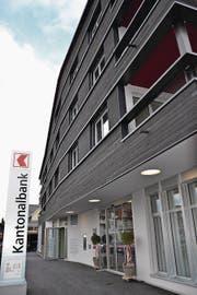 Das Gebäude der Obwaldner Kantonalbank am neu gestalteten Bahnhofplatz. (Bild: Matthias Stadler (Obwaldner Zeitung))