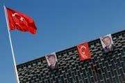 Bilder des Präsidenten Recep Tayyip Erdogan zieren ein Gebäude in Istanbul. (Bild: Keystone / Emrah Gurel)