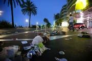 Hier hatten am späten Donnerstagabend Menschen den Nationalfeiertag in Nizza gefeiert, als es zur Attacke durch den Lastwagen kam. (Bild: AP Photo)