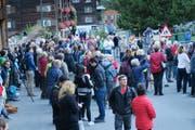 Unzählige Interessierte versammelten sich vor der Kirche in Elm, wo Hans Rhyner (weisser Pullover, Sonnenbrille, Mitte), das Sonnenereignis erklärt. (Bild: Stefanie Nopper / Luzernerzeitung.ch)