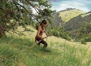 Führt das Erbe weiter: Julia Gisler beim Wildheuen in den steilen Hängen am Oberaxen oberhalb von Flüelen. (Bilder: SRF/Beat Bieri)