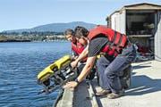 Der Tauchroboter wird ins Wasser gelassen. (Bild: pd)