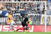 Viel Glück für den FC Luzern in der 15. Minute: Luganos Mattia Bottani (Nummer 10) trifft nur den Pfosten. FCL-Goalie David Zibung (rotes Dress) wäre geschlagen gewesen. (Bild: Keystone/Gabriele Putzu)