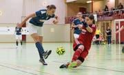 Oben: Stefanie Häfliger vom Futsal Club Luzern versucht, den Ball an ihrer Gegenspielerin vorbeizuspielen. Unten: Es locken nicht nur Pokale, manchmal müssen auch Schmerzen und Verletzungen hingenommen werden. (Bilder: Roger Grütter (Wolhusen, 21. Januar 2018))