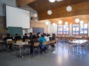 Deutschunterricht im Bundesasylzentrum Glaubenberg: Künftig muss der Kanton Obwalden dort auch ein Grundschulangebot organisieren. (Archivbild) (Bild: KEYSTONE/ALEXANDRA WEY)