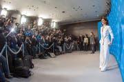 Die französische Schauspielerin Juliette Binoche im Blitzlicht-Gewitter der Pressefotografen. (Bild: Keystone)