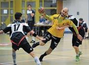 Der Altdorfer Torschützenleader Mario Obad (am Ball) ist morgen gegen Basel besonders gefordert. (Bild: Urs Hanhart (Altdorf, 27. November 2017))