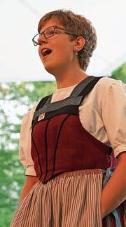 Petra Gander bei ihrem ersten Auftritt als Solojodlerin am Obwald – mit einem Lied für Frau Landammann. (Bild: Romano Cuonz (Giswil, 5. Juli 2017))