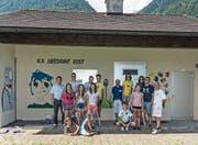 Die Schüler der Kreisschule Seedorf posieren vor dem neu verzierten Pumpwerk. (Bild: PD)