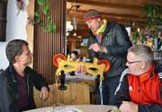 Von links: Alex De Gasparo vom Bundesamt für Verkehr, Iwan Infanger und Bruno Imhof inspizieren das Fahrwerk des neuen Seilfahrgeräts.