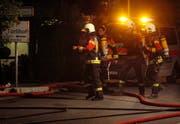 Feuerwehr-Angehörige rüsten sich für den Löscheinsatz. (Bild: Geri Holdener, Bote der Urschweiz)