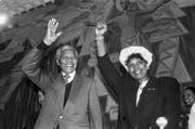 Der südafrikanische Nelson Mandela und seine Frau Winnie Madikizela-Mandela eröffnen am 9. Juni 1990 im Oekumenischen Zentrum des Weltkirchenrates in Genf einen Empfang der Schweizer Anti-Apartheid-Bewegung AAB. (Bild: Keystone)