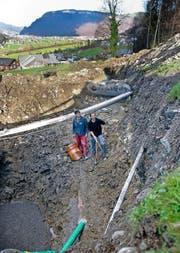 Heinz Barmettler (rechts) und Robi Kaufmann auf der Baustelle für ihr Wasserkraftwerk. (Bild Corinne Glanzmann)