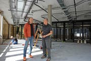 Philipp Felder, Inhaber von Titlis Sport, mit Mediensprecher Peter Reinle (rechts) im künftigen Laden auf Trübsee. (Bild: Philipp Unterschütz)