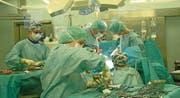 Eine Operation im Spital Schwyz. Bild: Andreas Seeholzer