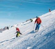 Skifahrer auf der Gletscherpiste. (Bild: Roger Grütter (Titlis, 1. November 2016))