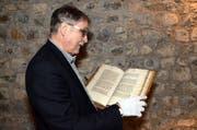 Franz Enderli blättert im Weissen Buch von Sarnen. (Bild: Romano Cuonz / Neue NZ)