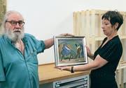 Der Künstler Urs Huber übergibt Barbara Zürcher das Danioth-Werk. (Bild: Markus Zwyssig (Altdorf, 23. Juni 2017))