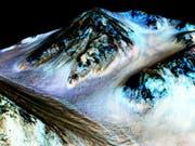 Bilder vom Mars zeigen dunkle, schmale Streifen, die möglicherweise durch strömendes Salzwasser gebildet wurden. (Bild: /AP NASA)