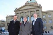 Die drei Urner Parlamentarier vor dem Bundeshaus in Bern, von links: Ständerat Josef Dittli, Ständerat Isidor Baumann, Nationalrat Beat Arnold. (Bild Elias Bricker)