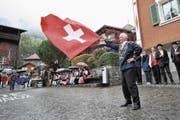 Nach 40 Jahren Pause schwingt Franz Stadler mit der Sennenfamilie wieder die Fahne. (Bild: Urs Hanhart (Bürglen, 8. Oktober 2017))