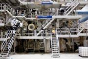 Die blossen Ausmasse der Papiermaschine PM 7 in Perlen sind gigantisch. 10 000 Tonnen schwer ist der Koloss, der eine 220 Meter lange Fabrikhalle ausfüllt. Seit 2010 ist die Maschine in Betrieb, dank ihr konnte die Produktion massiv gesteigert werden. (Bild: Manuela Jans / Neue LZ)