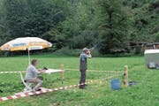 Noldi Odermatt erwischt beim Tontaubenschiessen sämtliche Tontauben mit einem Schuss. (Bild: Richard Greuter)