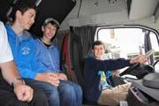 Die Oberstufenschüler aus Bürglen durften selber in einer Fahrerkabine Platz nehmen. (Bild Paul Gwerder)