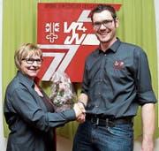 Präsidentin Pia Graf mit dem neuen Ehrenmitglied Beat Stöckli. (Bild: Karl Graf (Giswil, 19. Januar 2018))