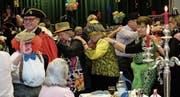 Der Frohsinnvater geniesst mit den Senioren die Polonaise. (Bild: Richard Greuter (Stans, 15. Februar 2017))