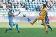 Das einzige Tor der Partie: Miralem Sulejmani (in Gelb) lupft den Ball über FCL-Goalie Jonas Omlin hinweg. (Bild: Urs Flüeler/Keystone (Luzern, 22. Oktober 2017))