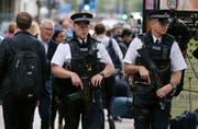 Die britischen Boulevard-Medien und Politiker schüren Hass gegen Migranten. Deshalb sei es zu einem Anstieg an rassistisch motivierten Übergriffen gekommen. Im Symbolbild: Britische Polizisten im Einsatz in London. (Bild: AP Photo/Frank Augstein)