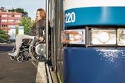 Manuela Leemann testet die neue, barrierefreie Bushaltestelle Seeblick in Hünenberg. (Bild: Patrick Hürlimann (15. September 2017))