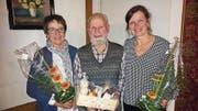 Martin Indergand nahm 2017 zum 50. Mal am Rütlischiessen teil. An seiner Seite die beiden Schützenhauswirtinnen Karin König (links) und Anita Walker. (Bild: Andreas Walker (Erstfeld, 21. Januar 2018))