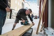 Barry Buxton – der 49-jährige Brite baut in Davos die Repräsentationsräume für einen indischen Technologiekonzern auf. (Bild: Dominik Wunderli)