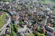Auf dem Parkplatz (unten) plant der Kanton eine Zentrumsüberbauung. Links in der Bildmitte das Rathaus. (Archivbild Daniel Reinhard)