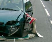 Das war knapp: Eine Metallstange durchbohrte die Windschutzscheibe eines entgegenkommenden Autos auf der Artherstrasse. (Bild: Kapo Schwyz)