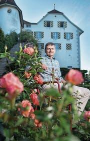 Poesiesommer-Leiter Ulrich Suter im Rosengarten von Schloss Heidegg. (Bild: Boris Bürgisser (6. Juli 2017))