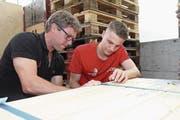 Gemeinsames Packen für die Berufs-WM: Karosserielackierer Maurus von Holzen mit seinem Coach Martin Erlchert. (Bild: PD/Apimedia)