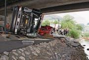 Ein Lastwagenchauffeur hat vergessen, den Ladekran einzufahren – und dann gab es einen Konflikt mit der Achereggbrücke. (Bild: Thomas Wuhrmann/NZ)