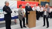 Von rechts: Die langjährige Präsidentin dankt Josef Arnold, Margrit Arnold und Josef Schuler.Bild: Paul Gwerder (Isenthal, 15. Oktober 2016)